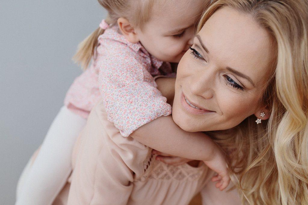 Tochter kuschelt mit Mutter - Foto von Melanie Osterried, Fotografin, Meerbusch, Duesseldorf