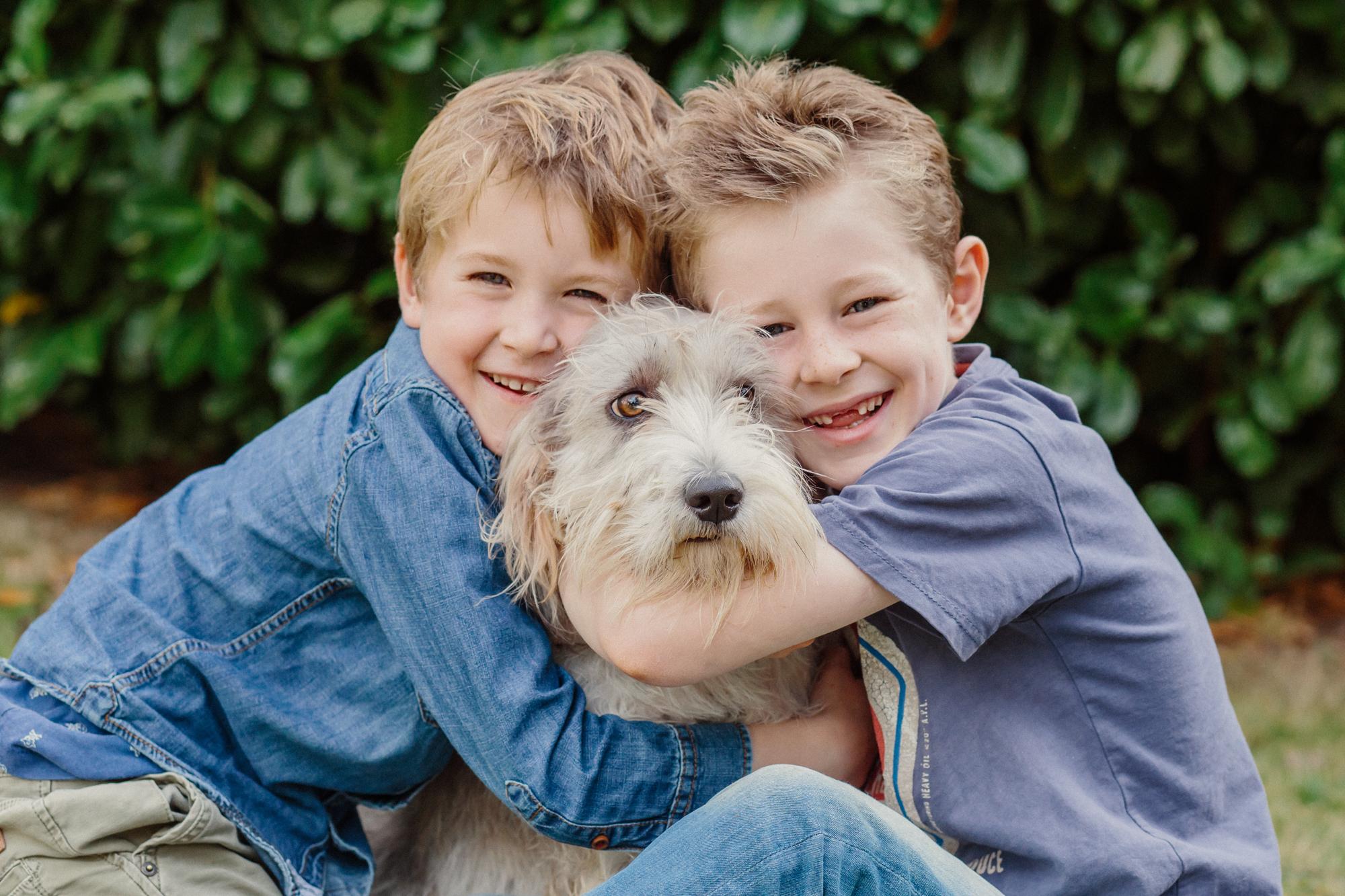 Zwei Jungen kuscheln mit Hund, Foto von Melanie Osterried, Familienfotografin, Meerbusch